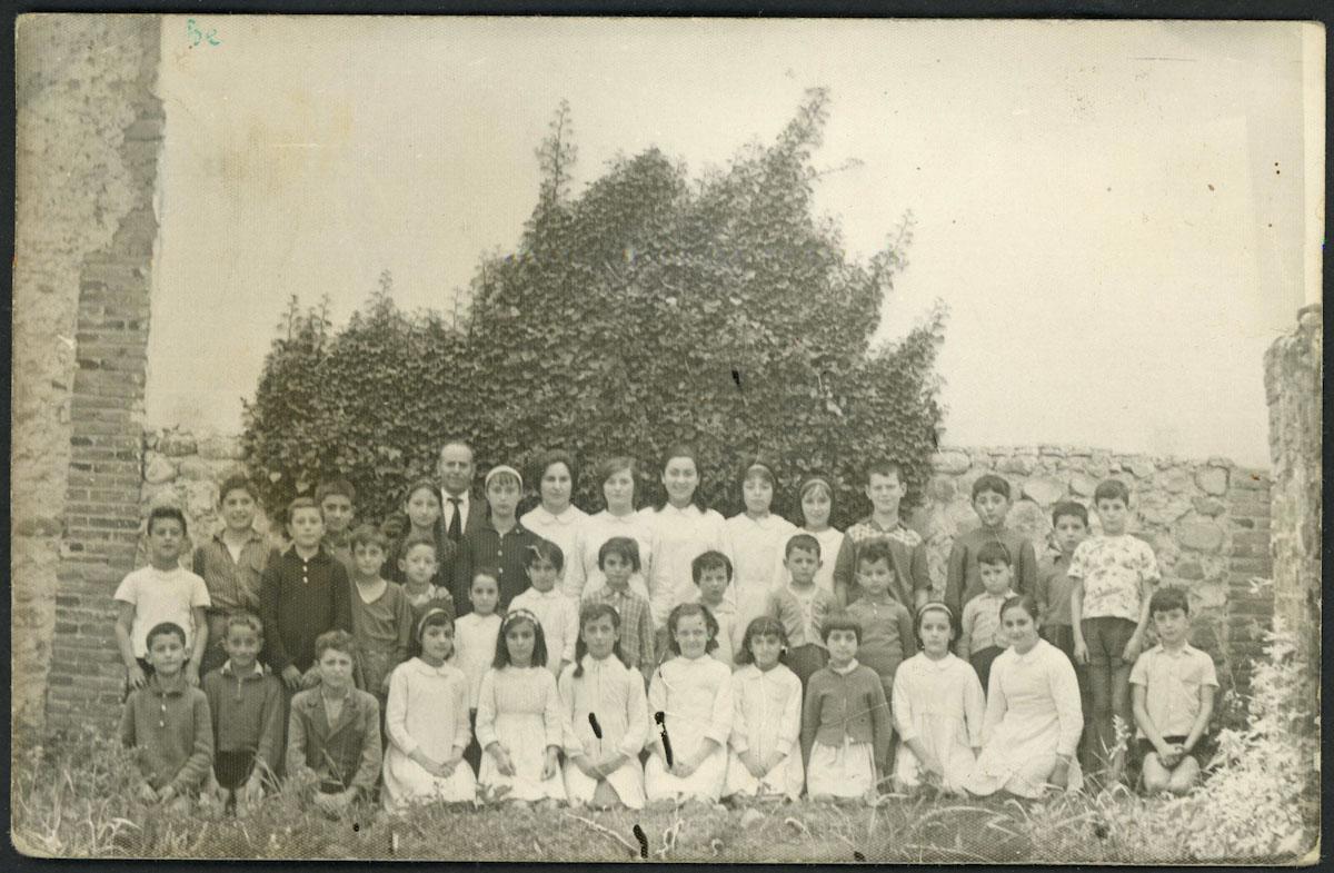 Retrato de los alumnos y alumnas de las escuelas de Barrio de Nuestra Señora con el maestro y la maestra