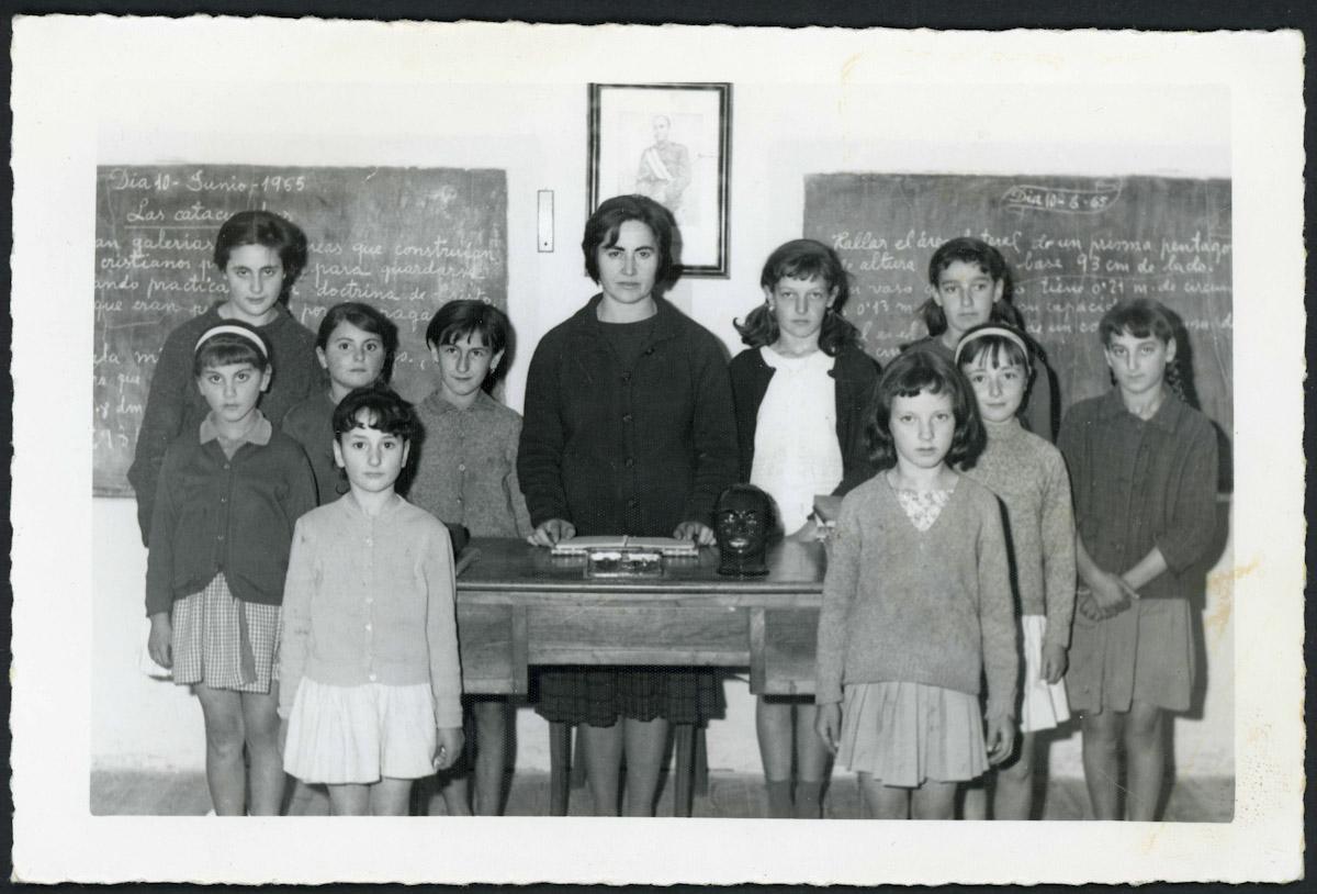 Retrato de la profesora Areceli y sus alumnas de la escuela de Barrio de Nuestra Señora
