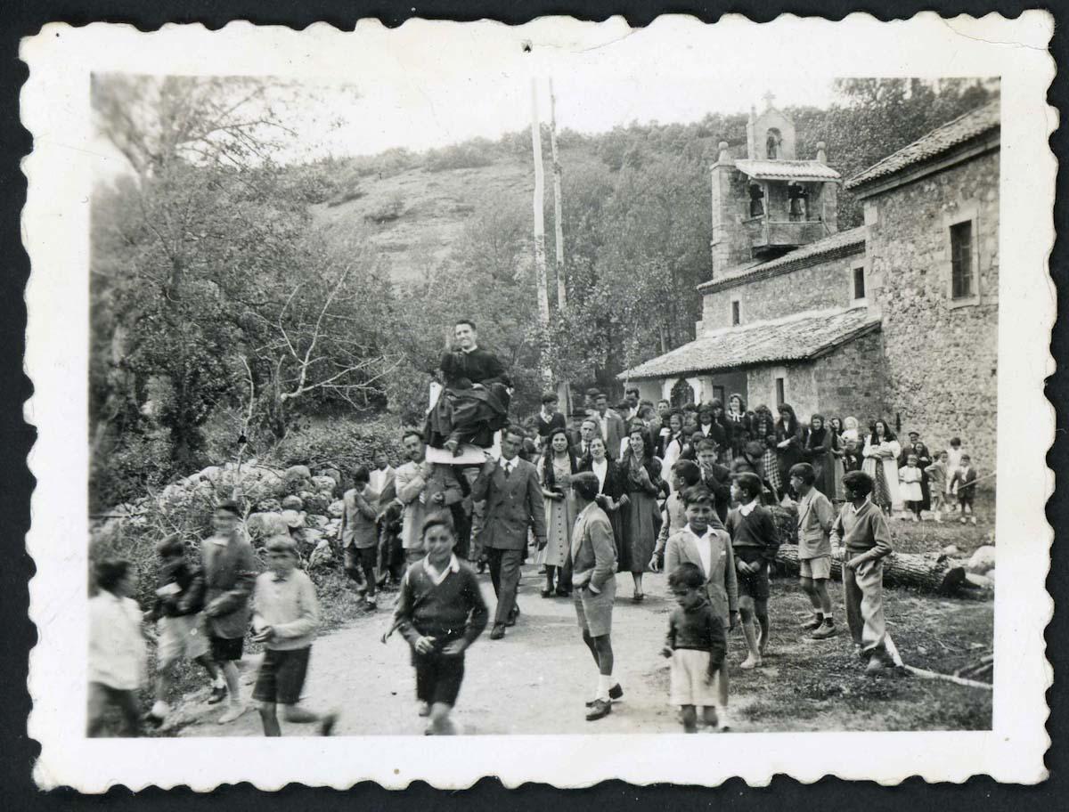 Salida de la iglesia de Lugán el día del Cantamisas de Adolfo Gutíerrez