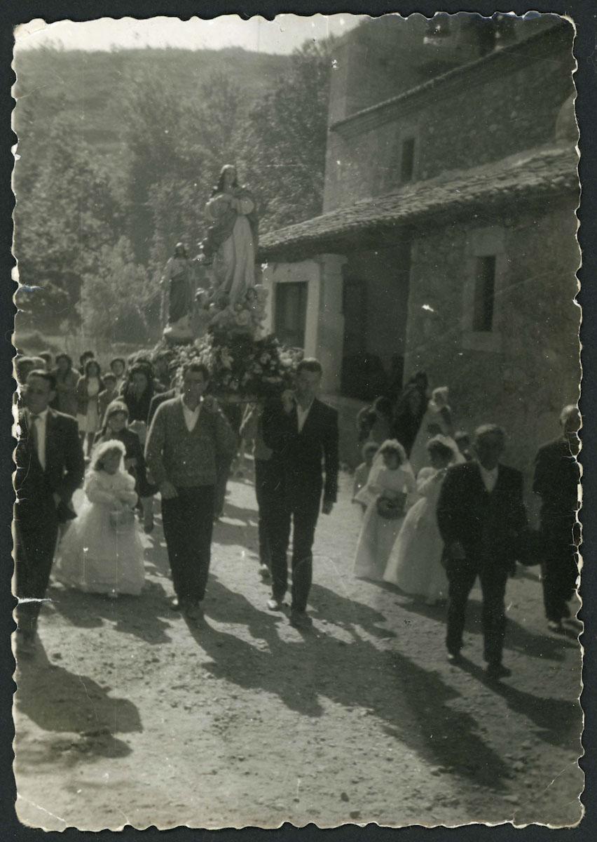 Inicio de una procesión en la iglesia de Lugán