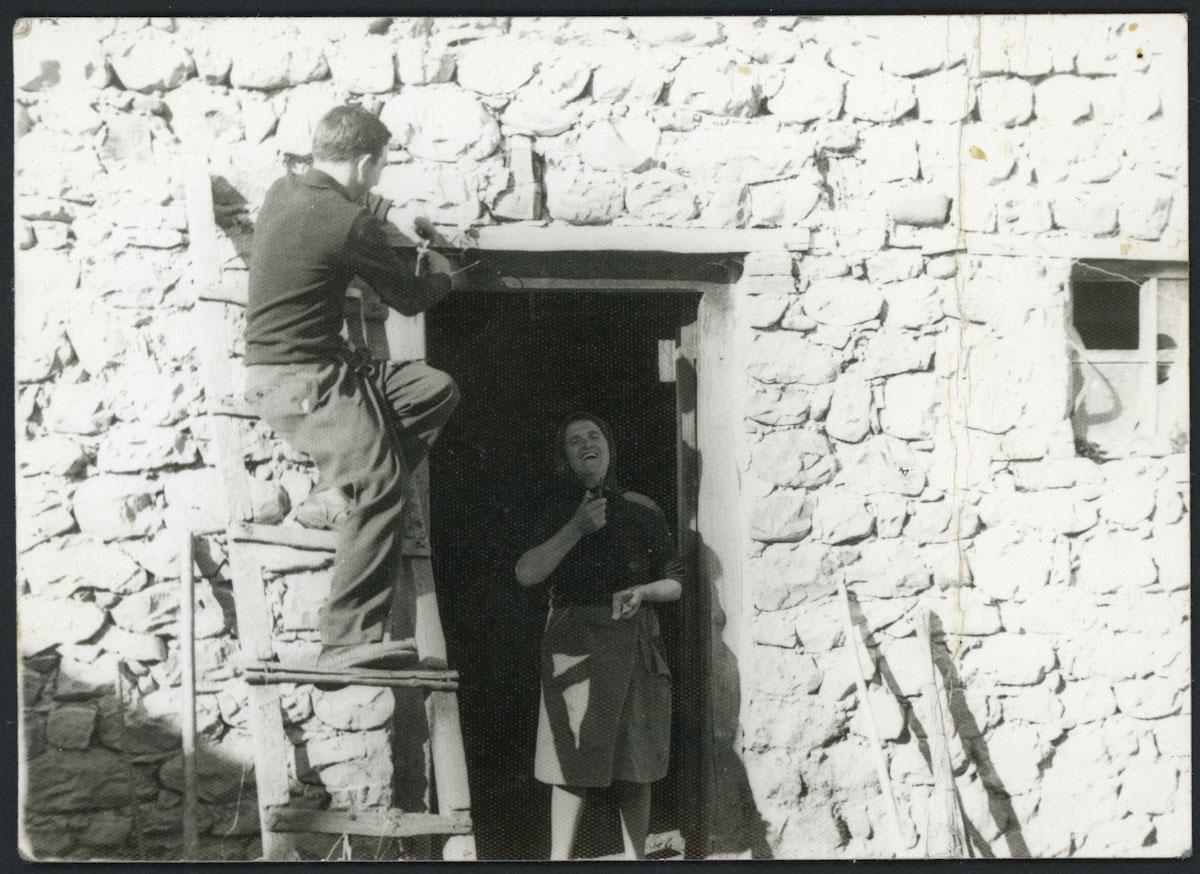 Hermógenes Escapa y Teresa Viejo en el corral de su casa en Lugán