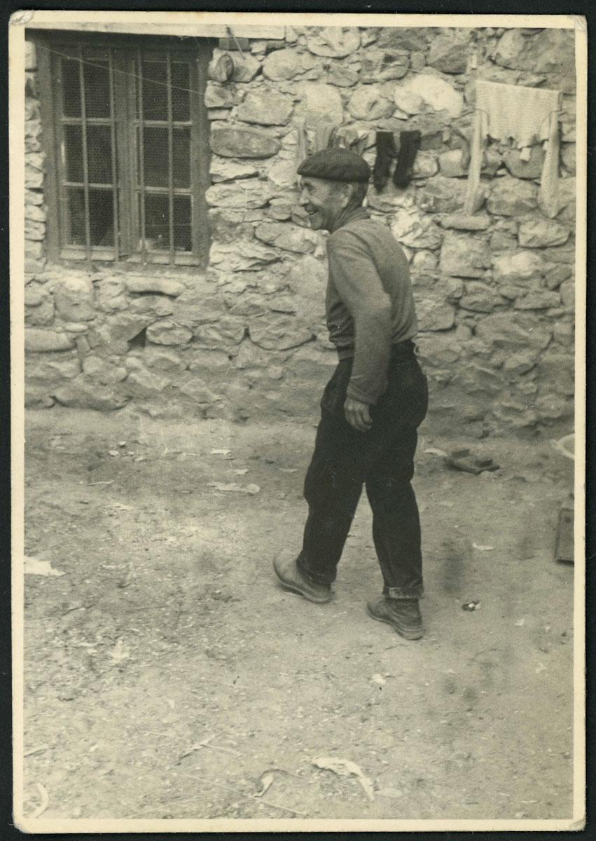 Artemio Escapa en el corral de su casa en Lugán