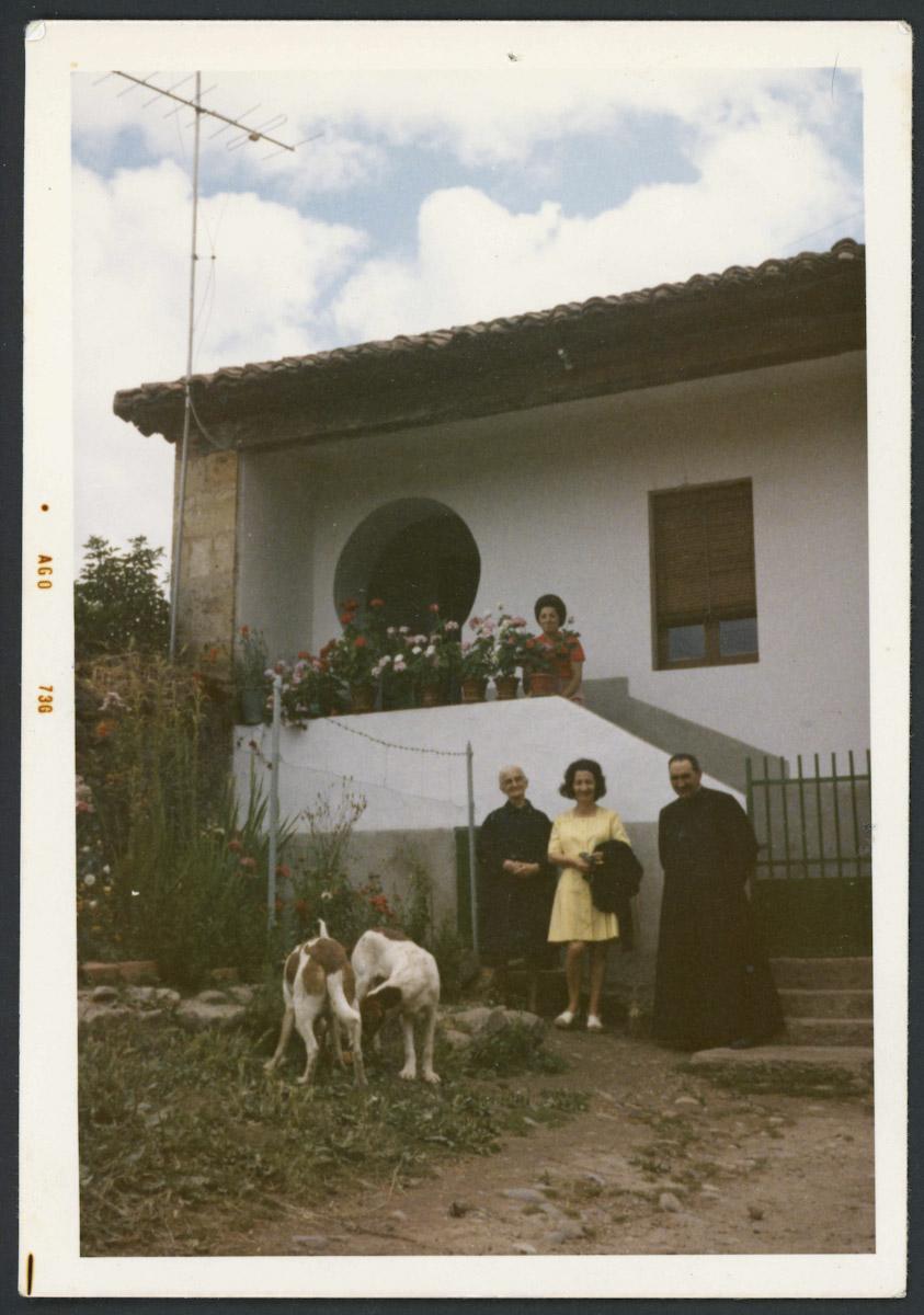 Vecinas de Lugán y el cura don Cecilio delante de su casa