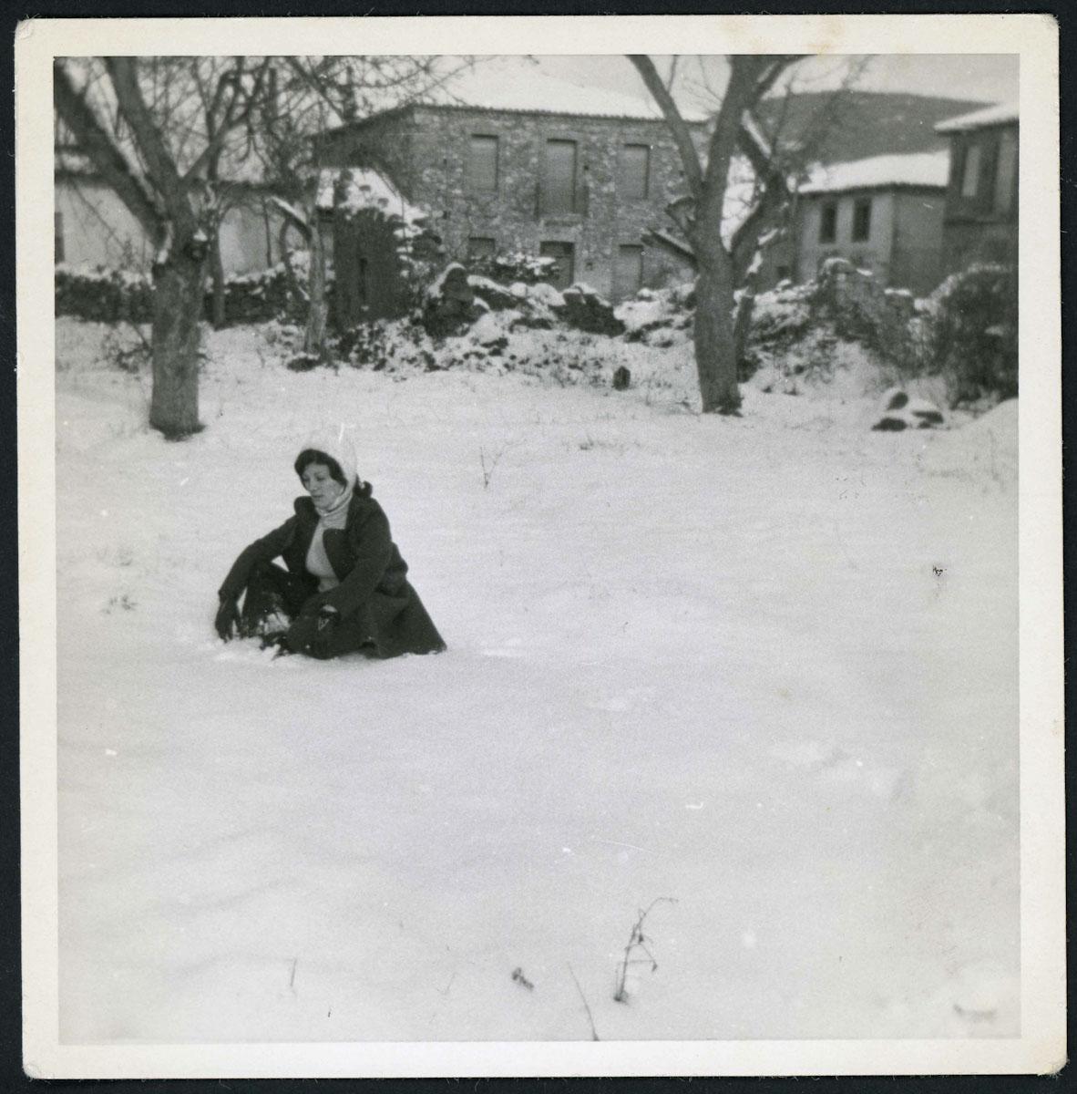 Inés Escapa en una huerta nevada en Lugán
