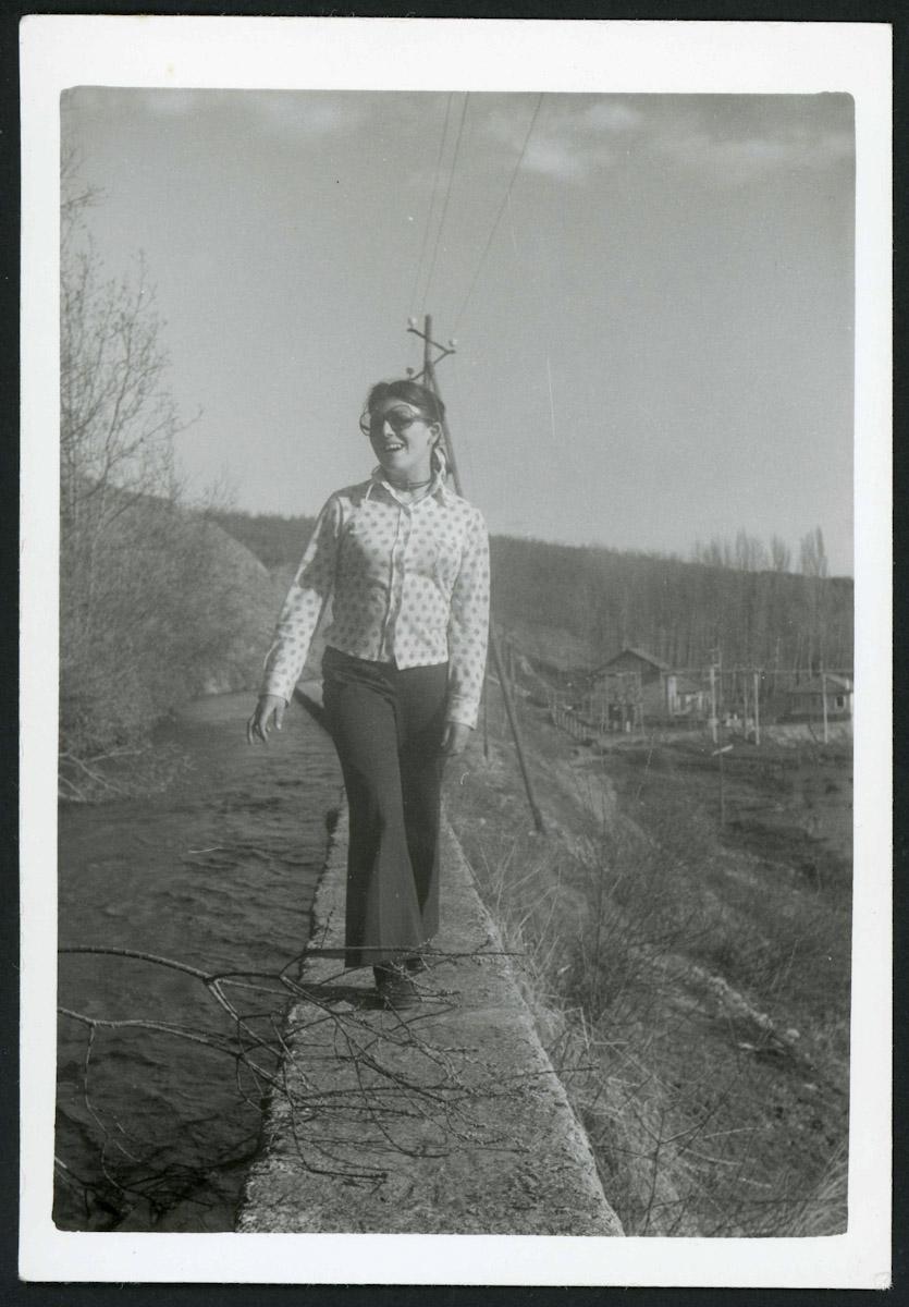 Inés Escapa en el muro del canal (de la fábrica eléctrica) de Lugán