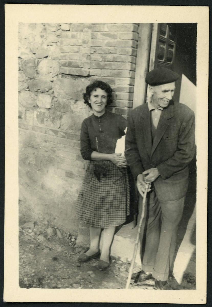 Teresa Viejo y Ramón Ciordia en la puerta de casa