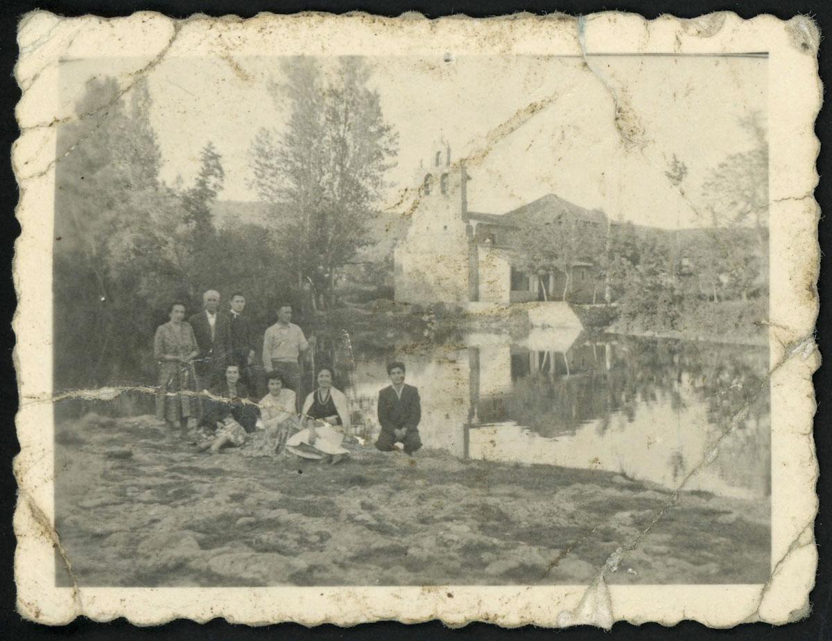Retrato de grupo delante del río Porma de la Iglesia de Lugán