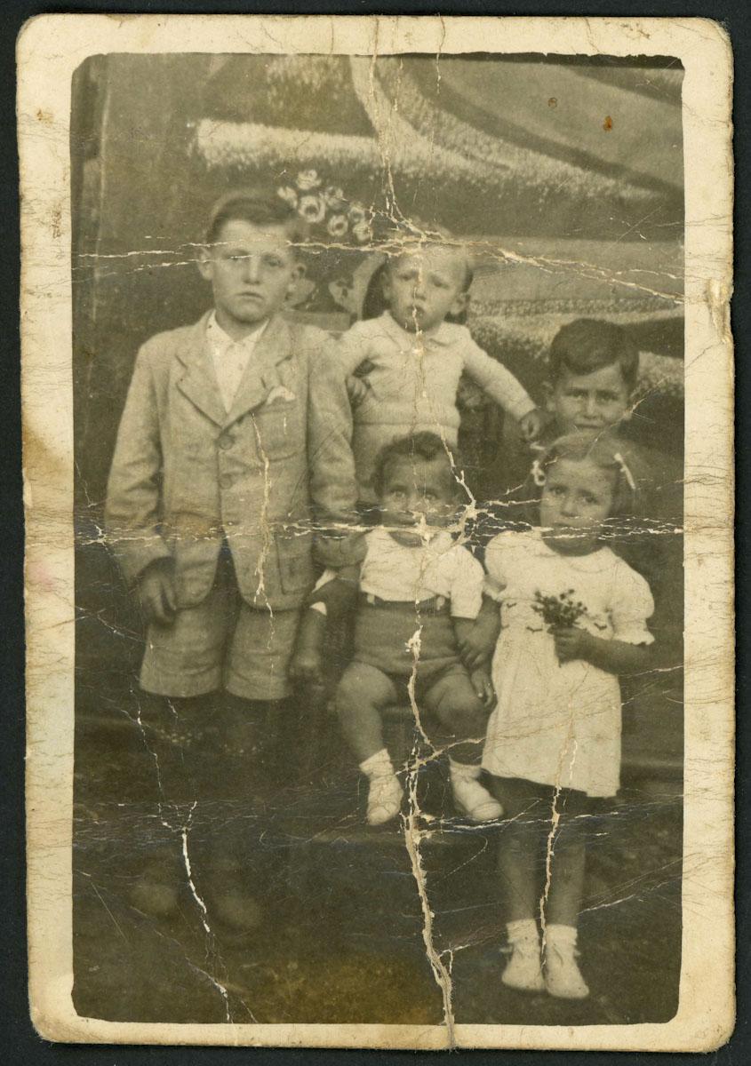 Retrato de estudio de Teyo y otros niños