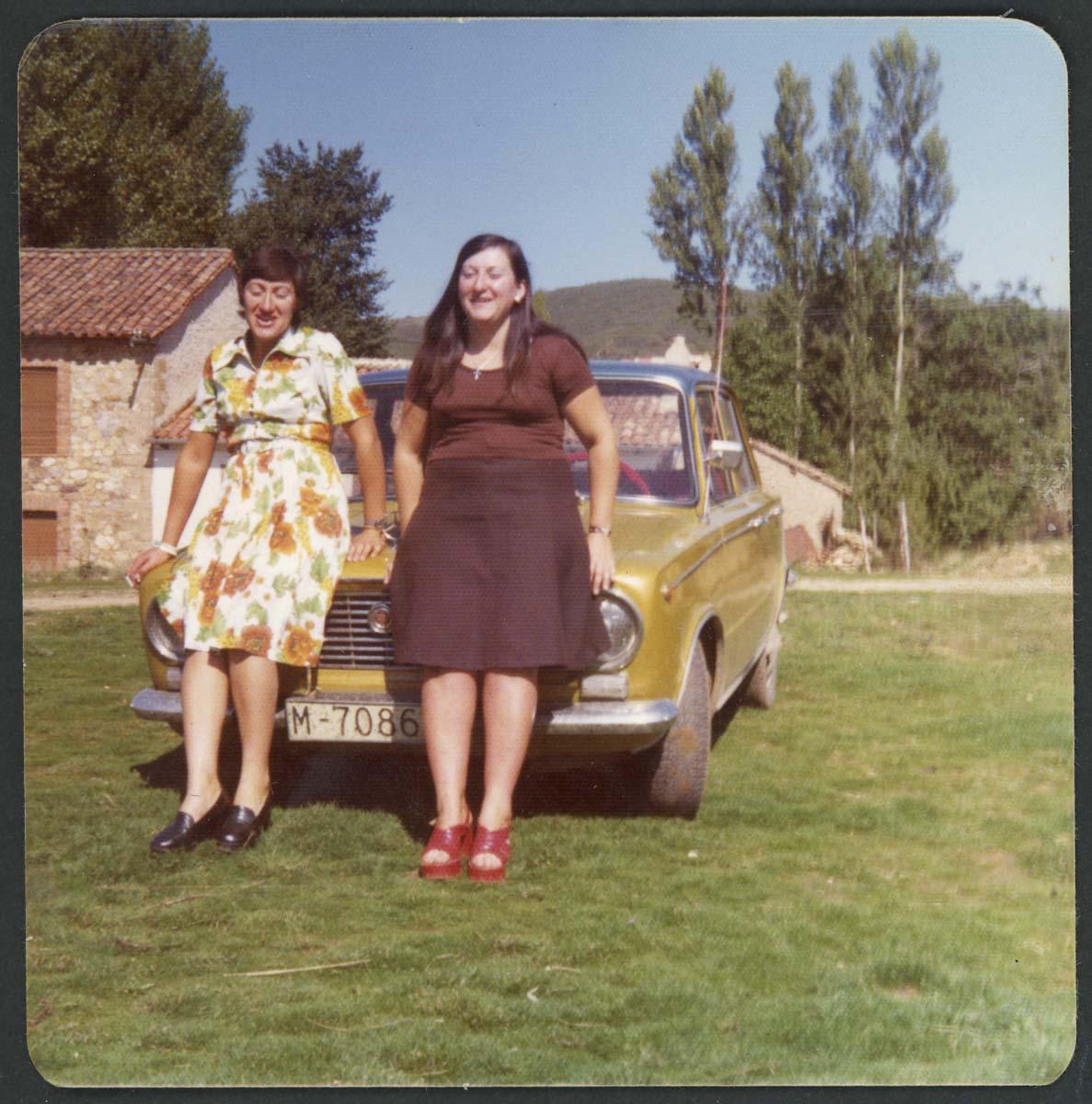 Isabel y Agustina Escapa delante de un coche en Lugán