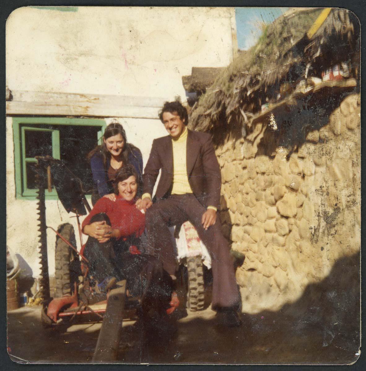Retrato de Agustina Escapa, Isabel Escapa y Paco Aveleira en una segadora de hierba
