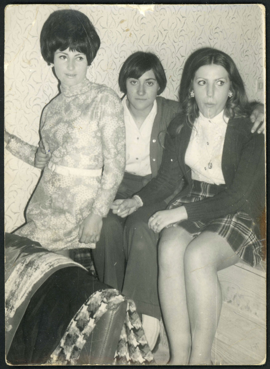 Lupe López, Isabel Escapa y Gloria Escapa en la discoteca de Barrio de Nuestra Señora