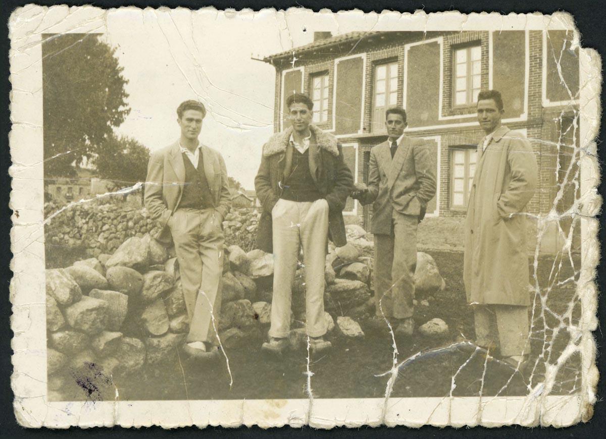 Varios jóvenes en la calle San Tirso de Lugán