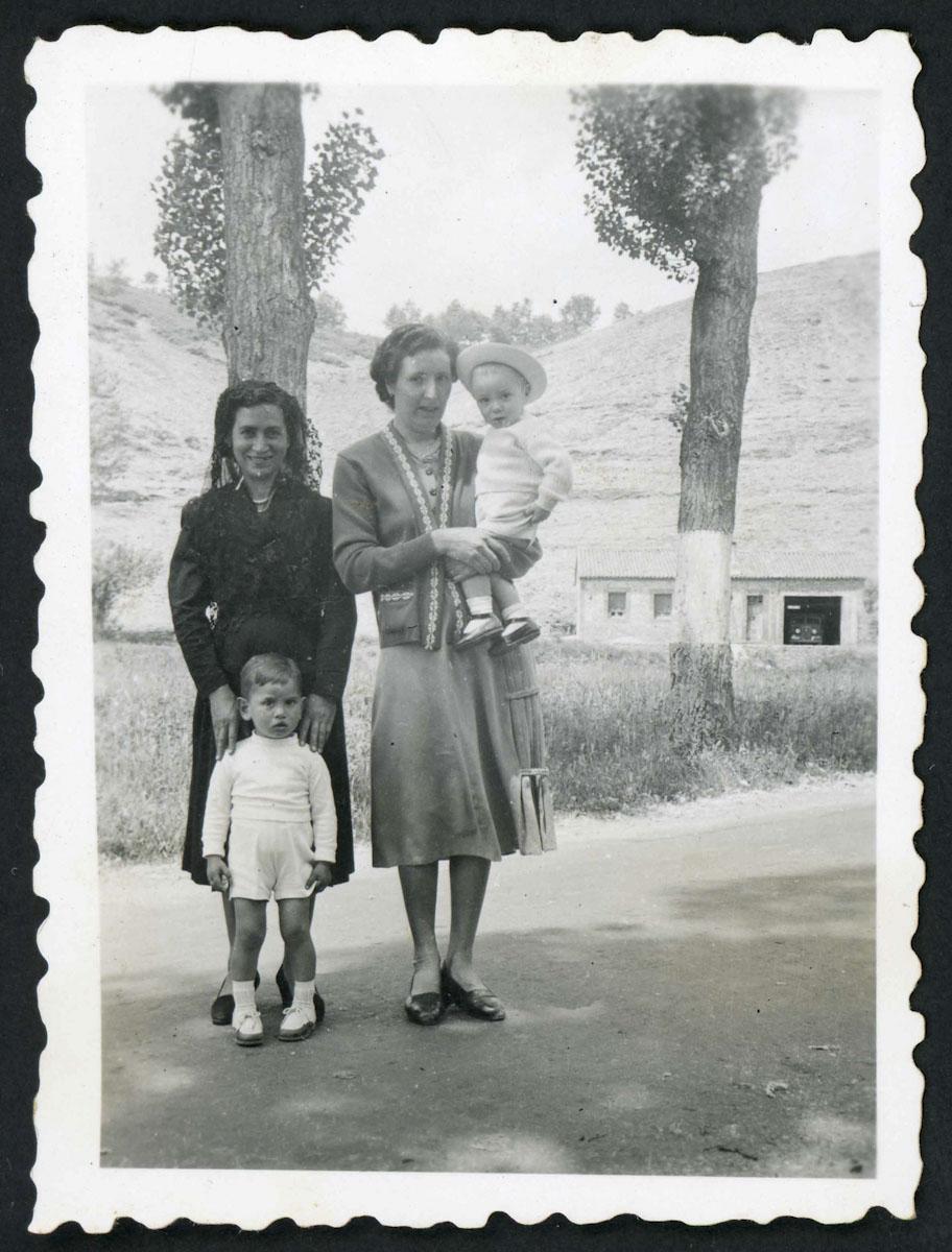 Nila García y Hermelinda de la Varga con sus hijos en la carretera en Lugán
