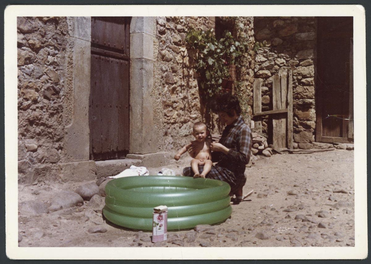 Josefa Aveleira (Pepa) bañando a su hijo Oscar.