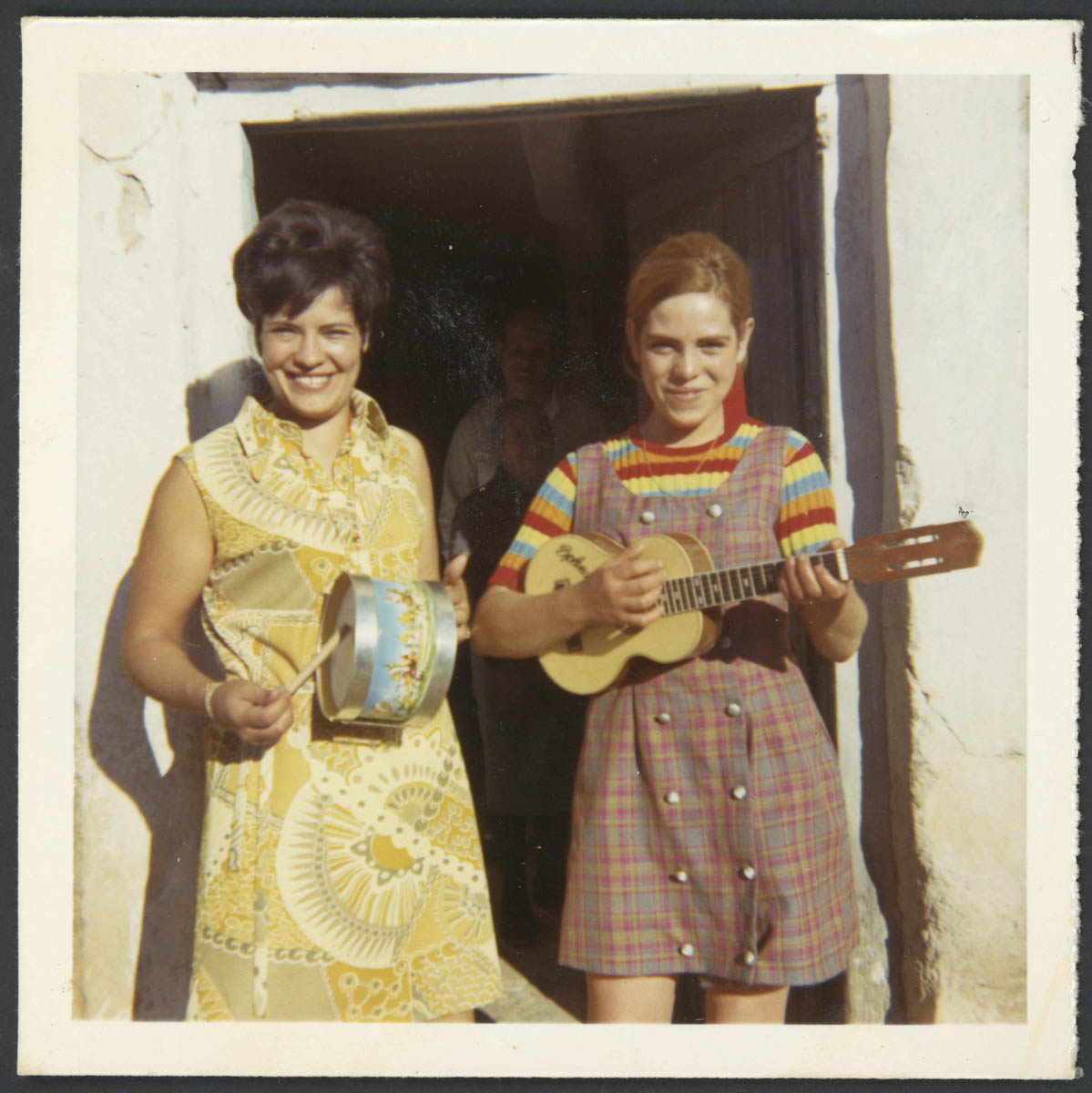 Josefa (Pepa) Aveleira y su cuñada en la puerta de casa
