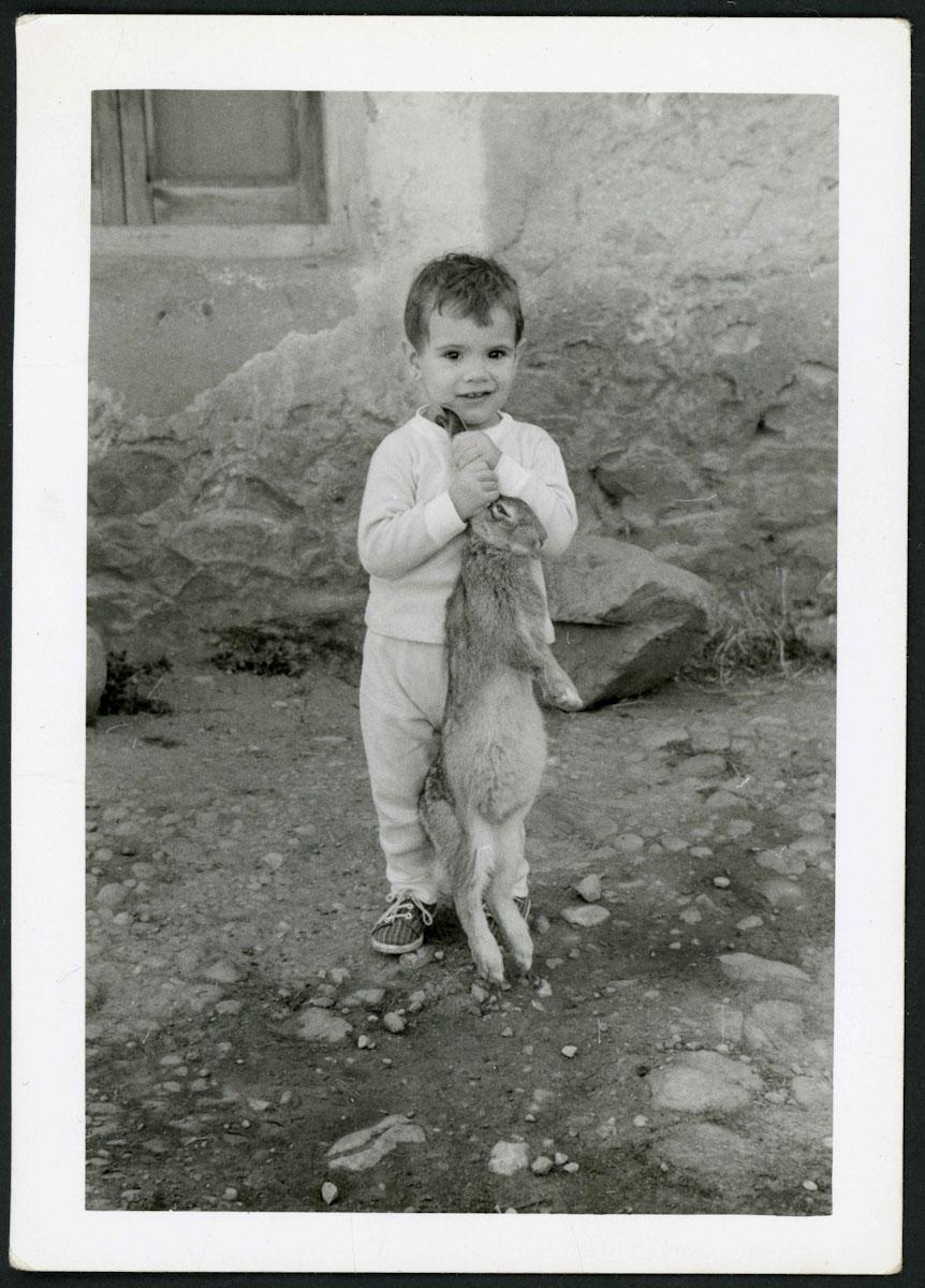 Angelines Cojo con un conejo