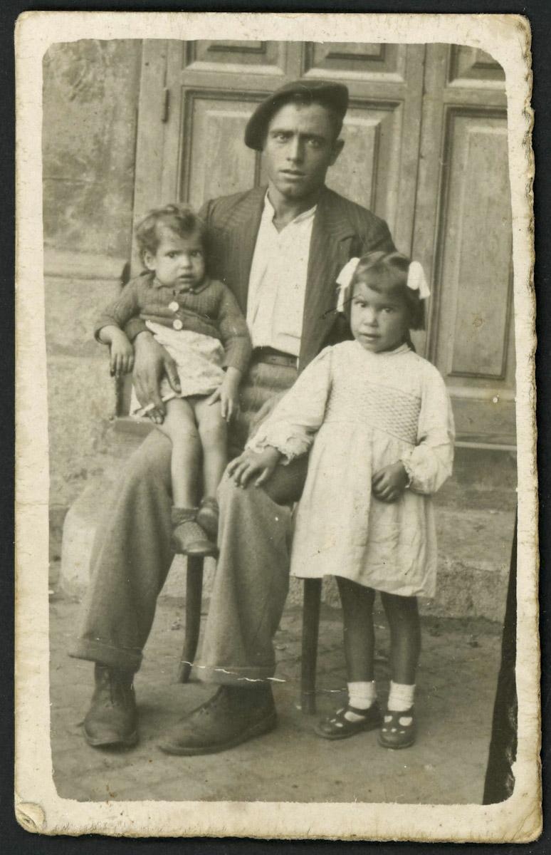 Antonio Aveleira con sus hijas Angelita y Josefina