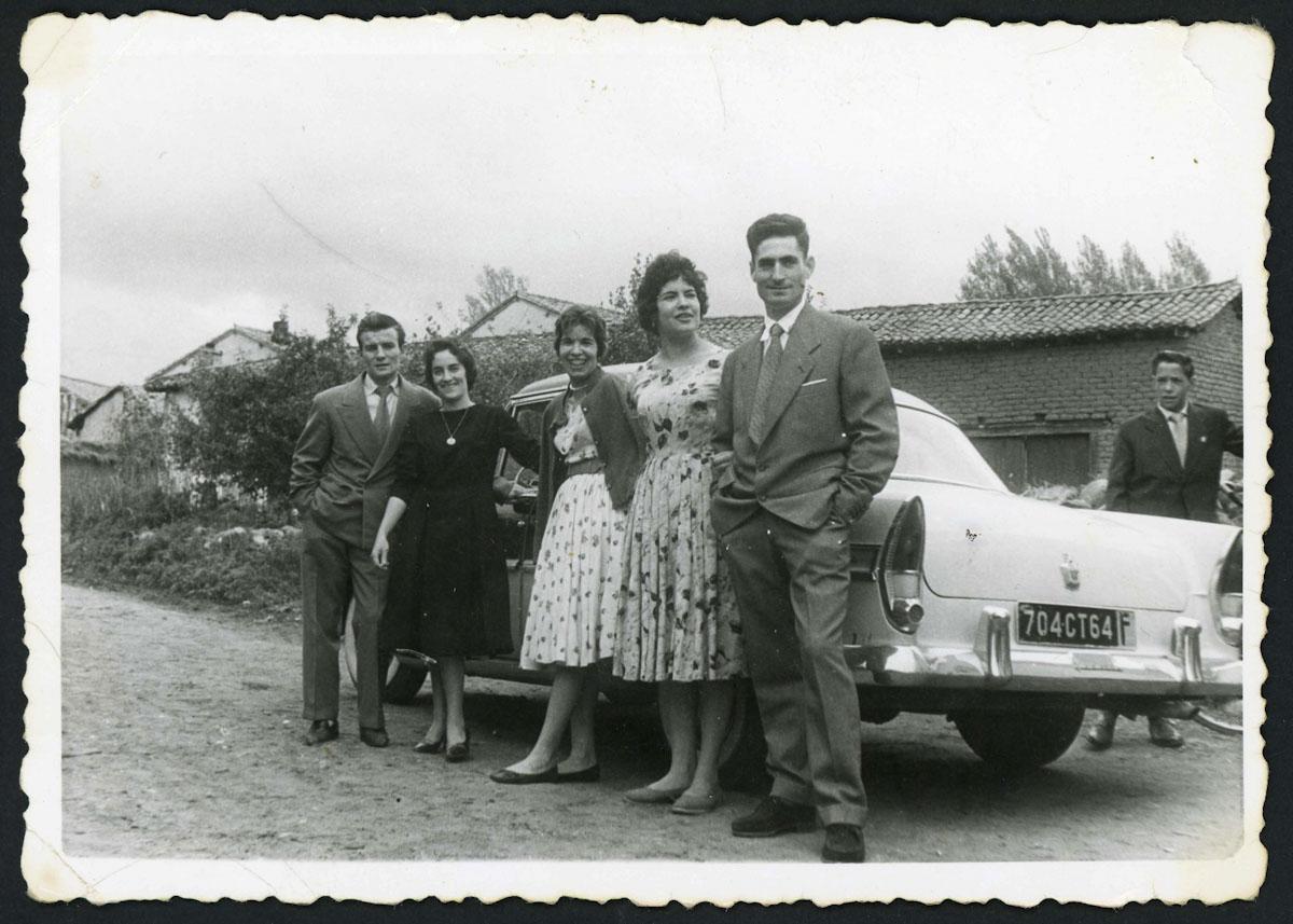 Vecinos de Lugán junto a un coche