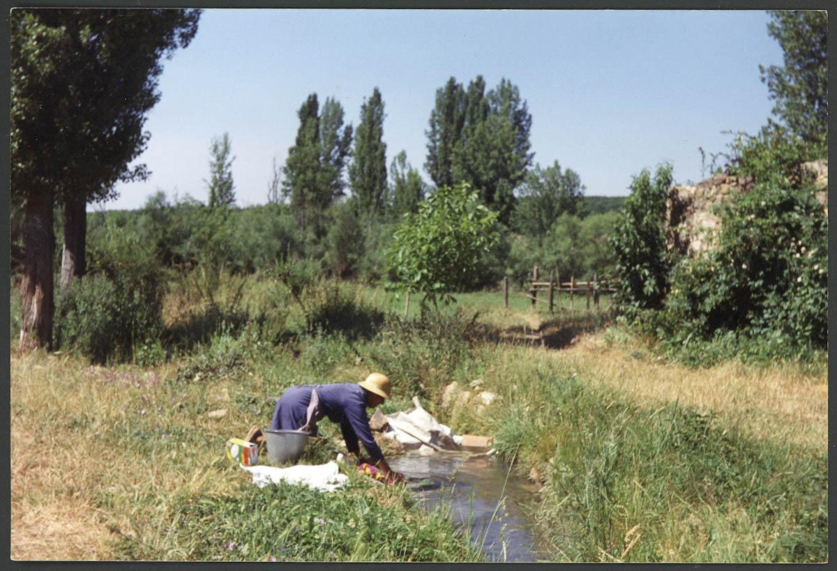Carmen Bernabé lavando en un arroyo de Lugán