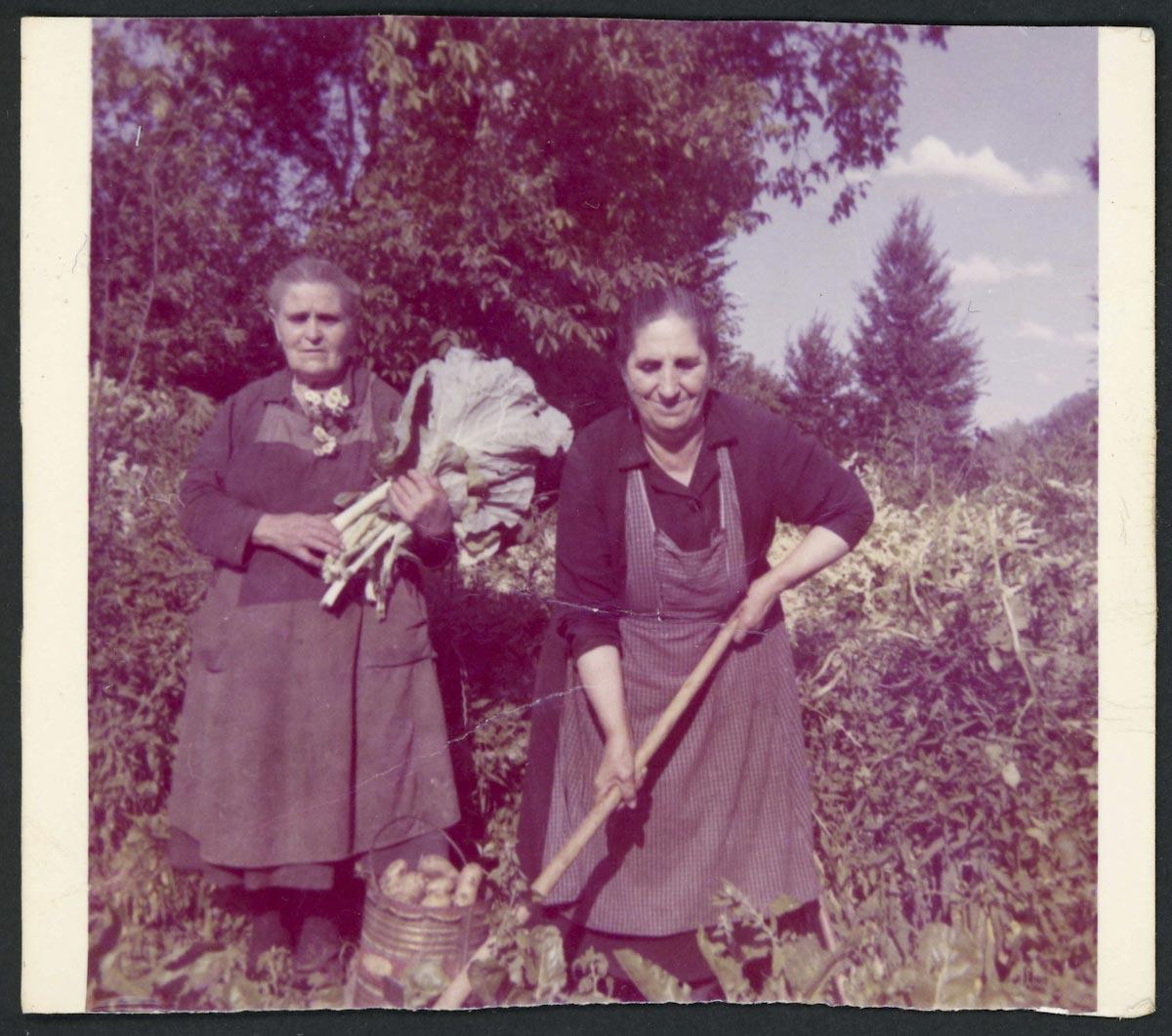 Rosario y Sofía Gutíerrez en una huerta de Lugán