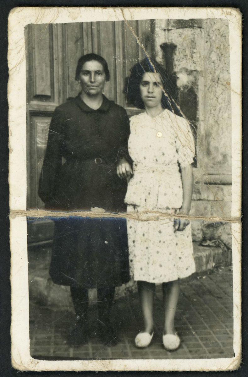 Retrato de Luz López y su vecina Antonia