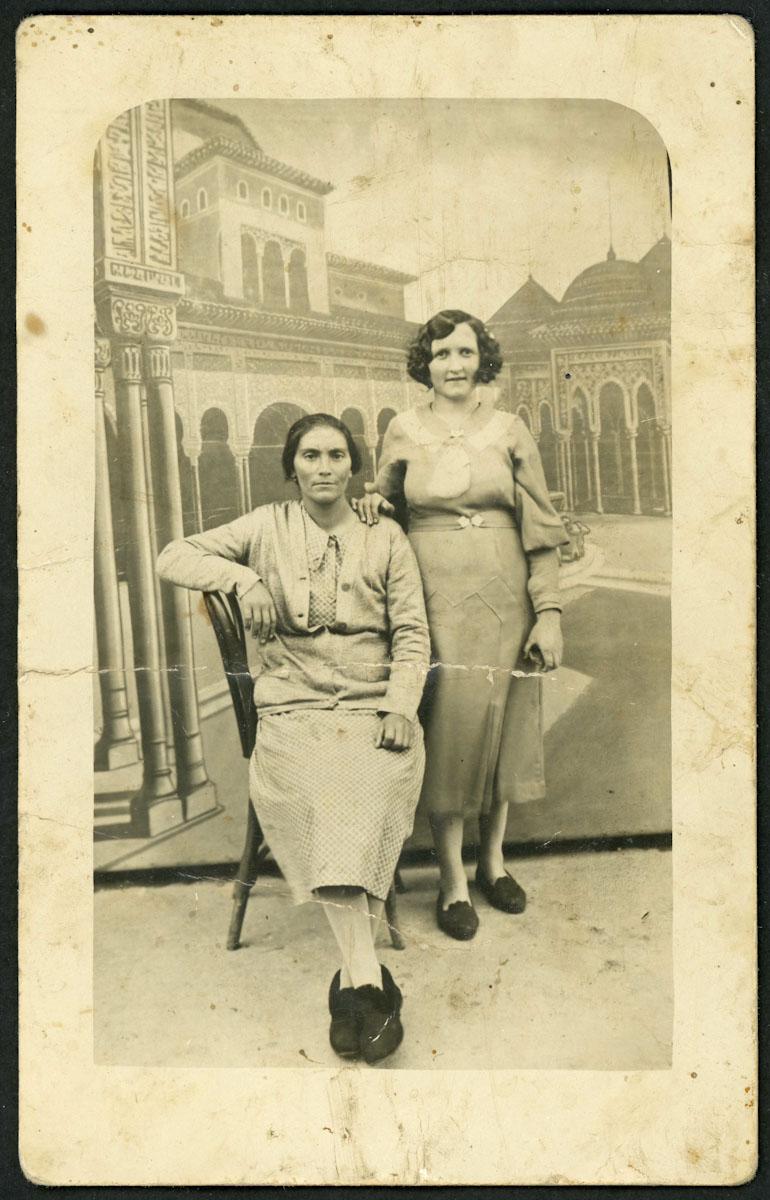 Retrato de Luz López y su cuñada