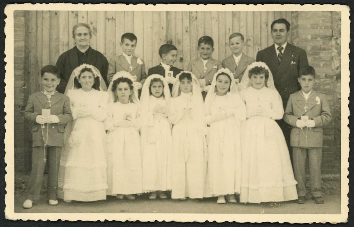 Retrato de primera comunión con los maestros de Lugán