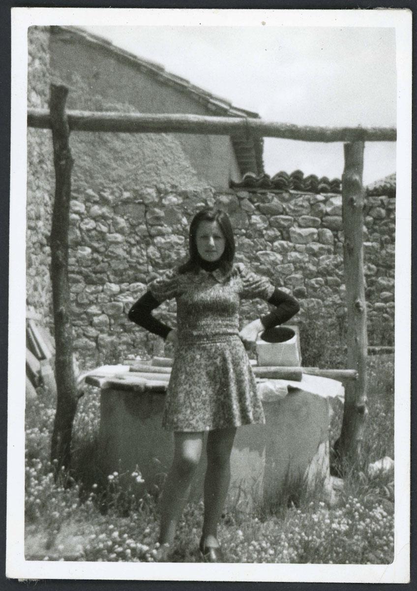 Retrato de Mª Jesús Blanco Campillo delante del pozo