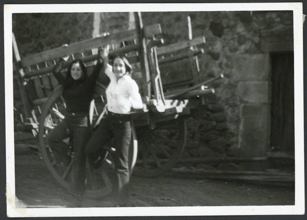 Mª Jesús (Maje) y Charo Blanco delante de un carro