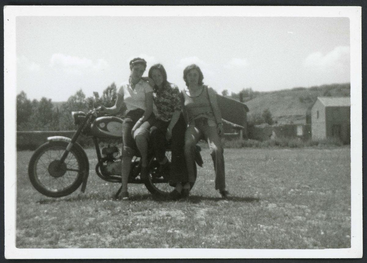 Retrato de chicas de Lugán con una moto
