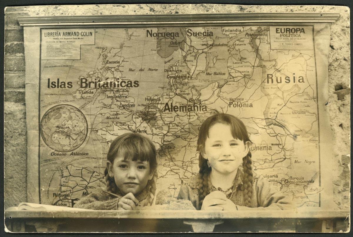 Charo y Mª Jesús (Maje) Blanco en la escuela de Lugán