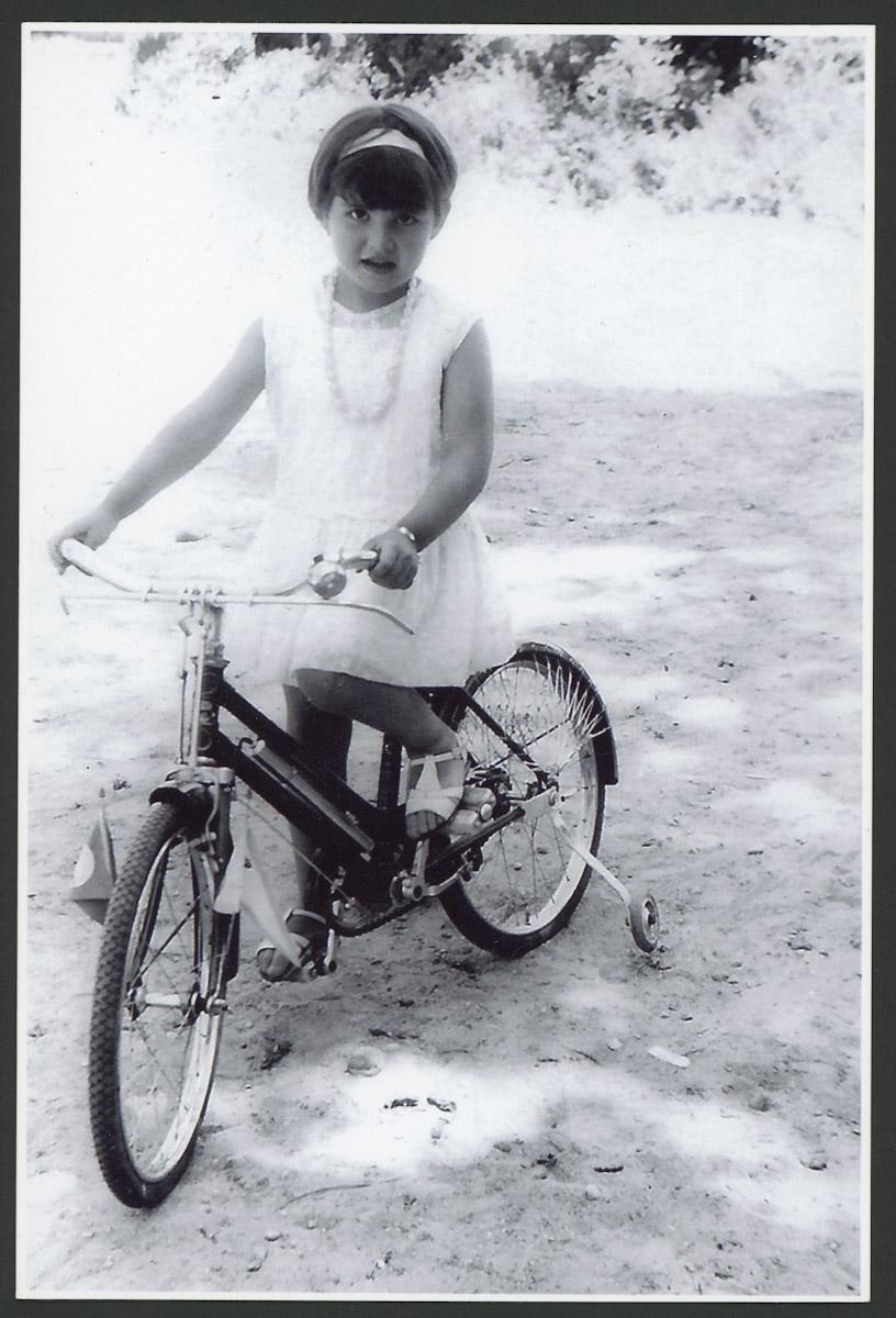 Retrato de Olga García en bicicleta