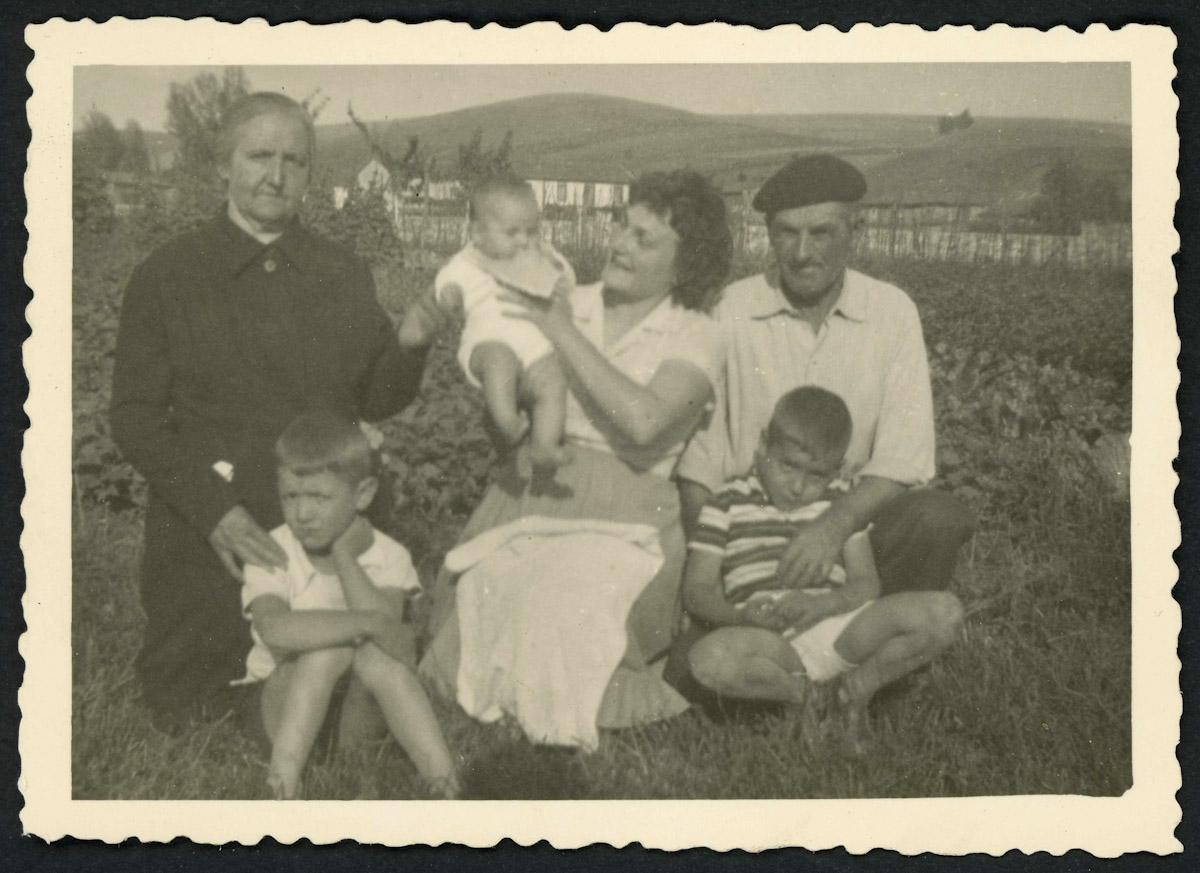 Familia de Próspero Campillo y amigos en la huerta