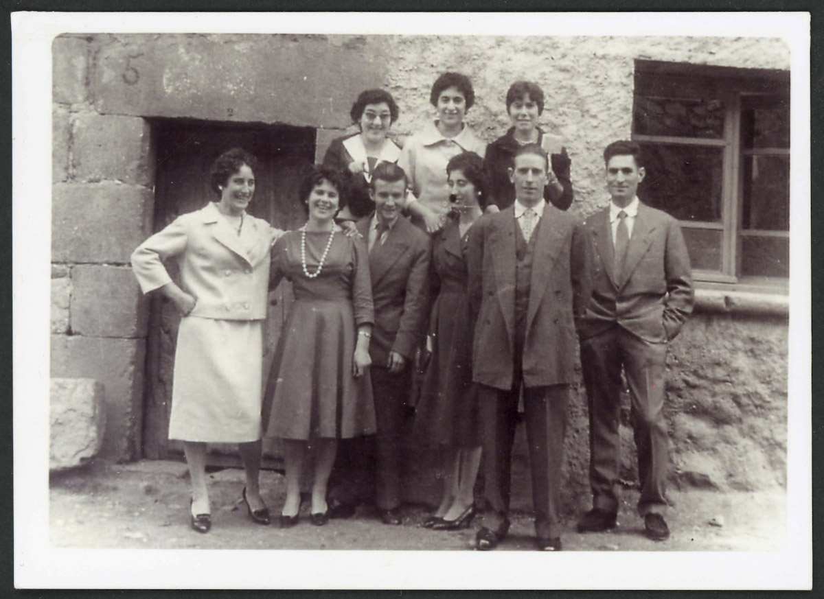 Retrato de grupo en la calle Real de Lugán