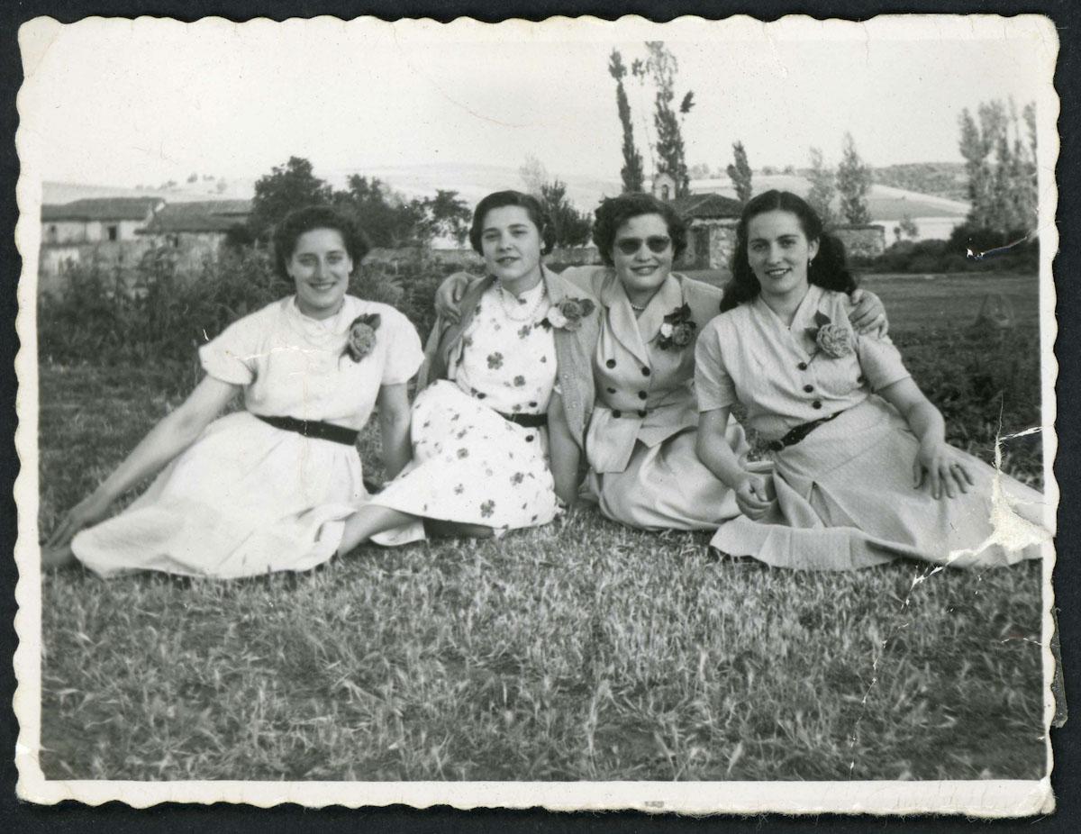 Retrato de cuatro chicas de Lugán en la era del barrio de abajo
