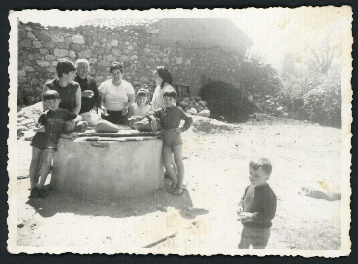 Familia Blanco Campillo junto al pozo
