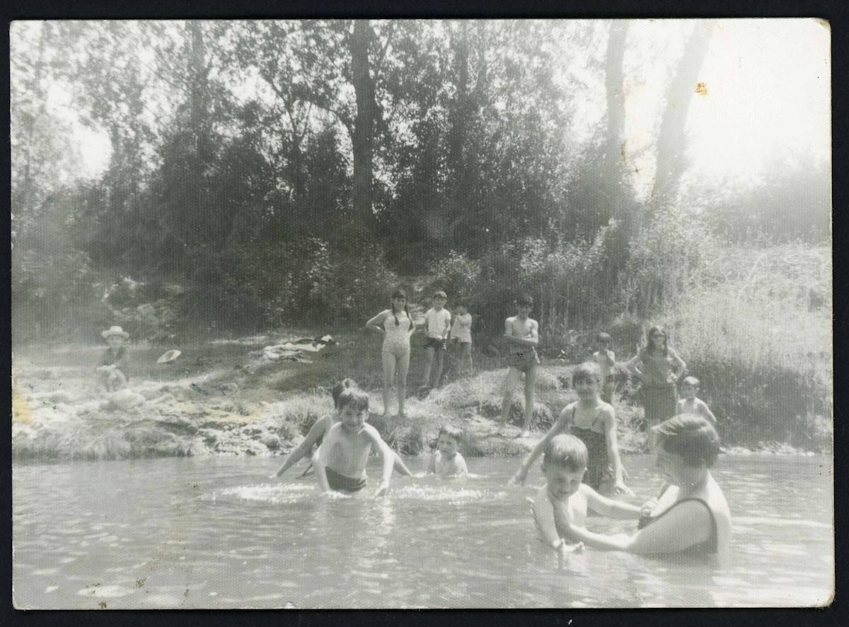 Niños de Lugán bañándose en el río en la zona de la Espinilla