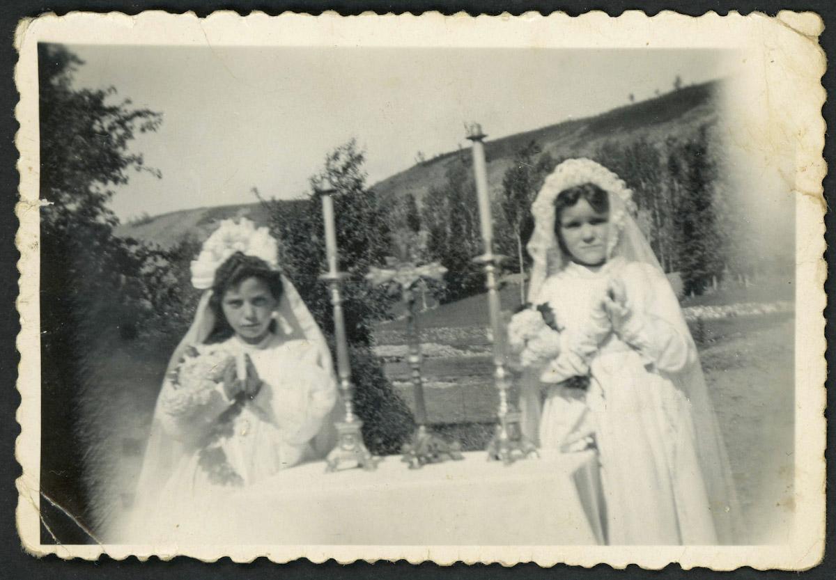 Tinina Díez y Conchi en su primera comunión