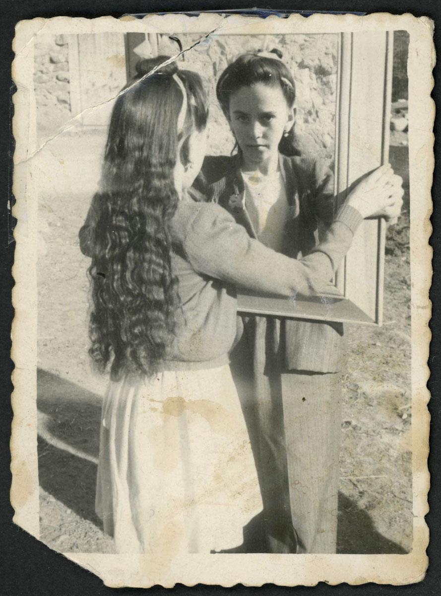 Retrato de Tínina Díez con un espejo