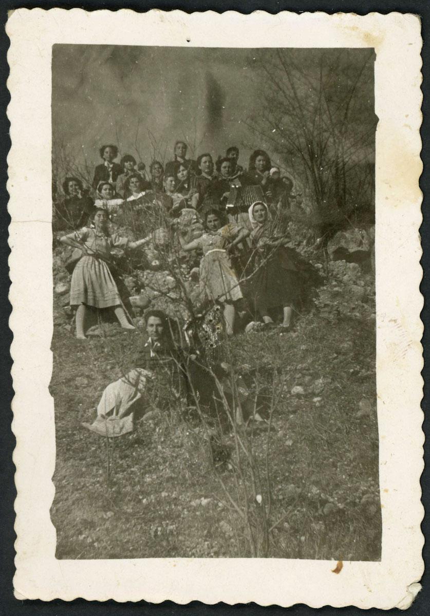 Chicas del taller de costura de Lugán en una merienda I