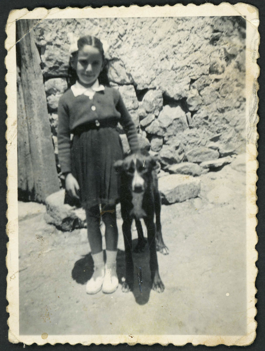 Retrato de Tinina con un perro