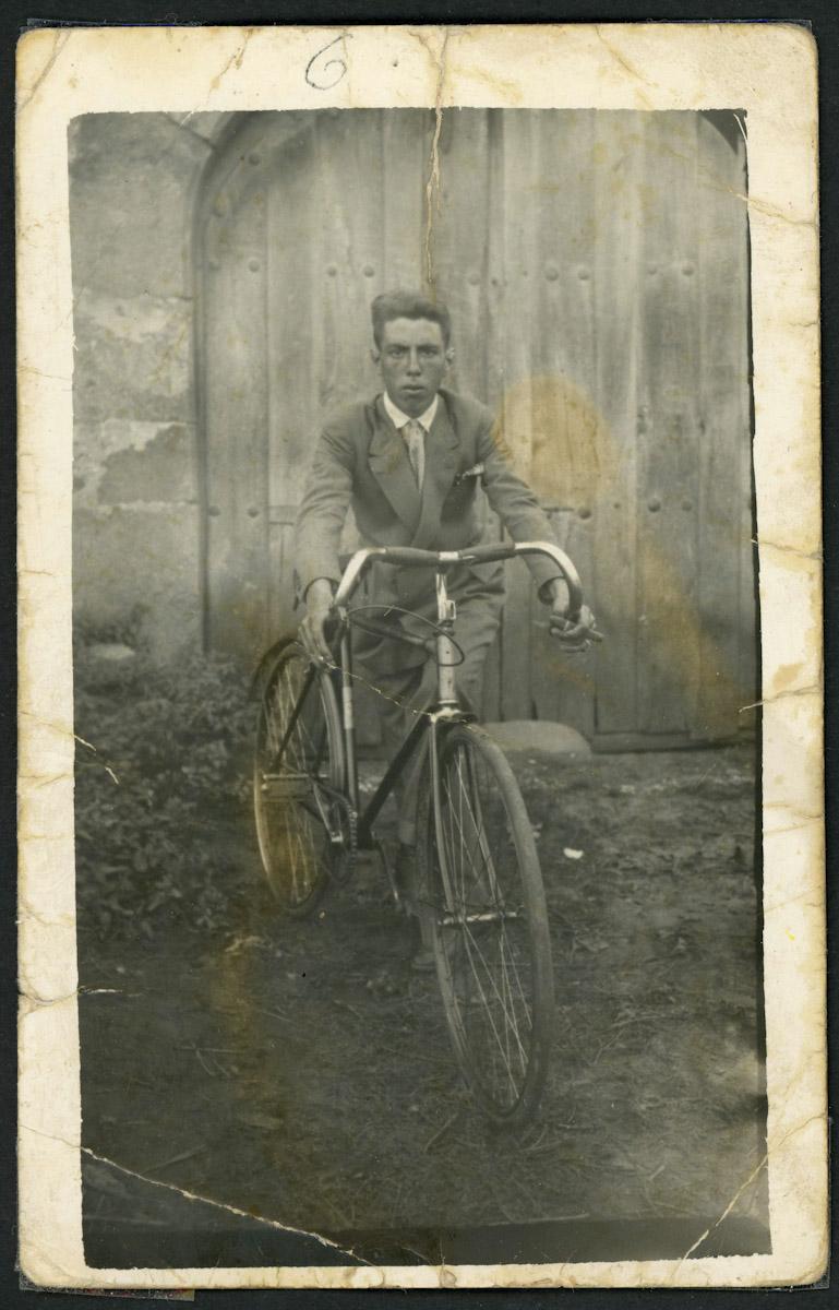Retrato de Emiliano Sánchez con una bici