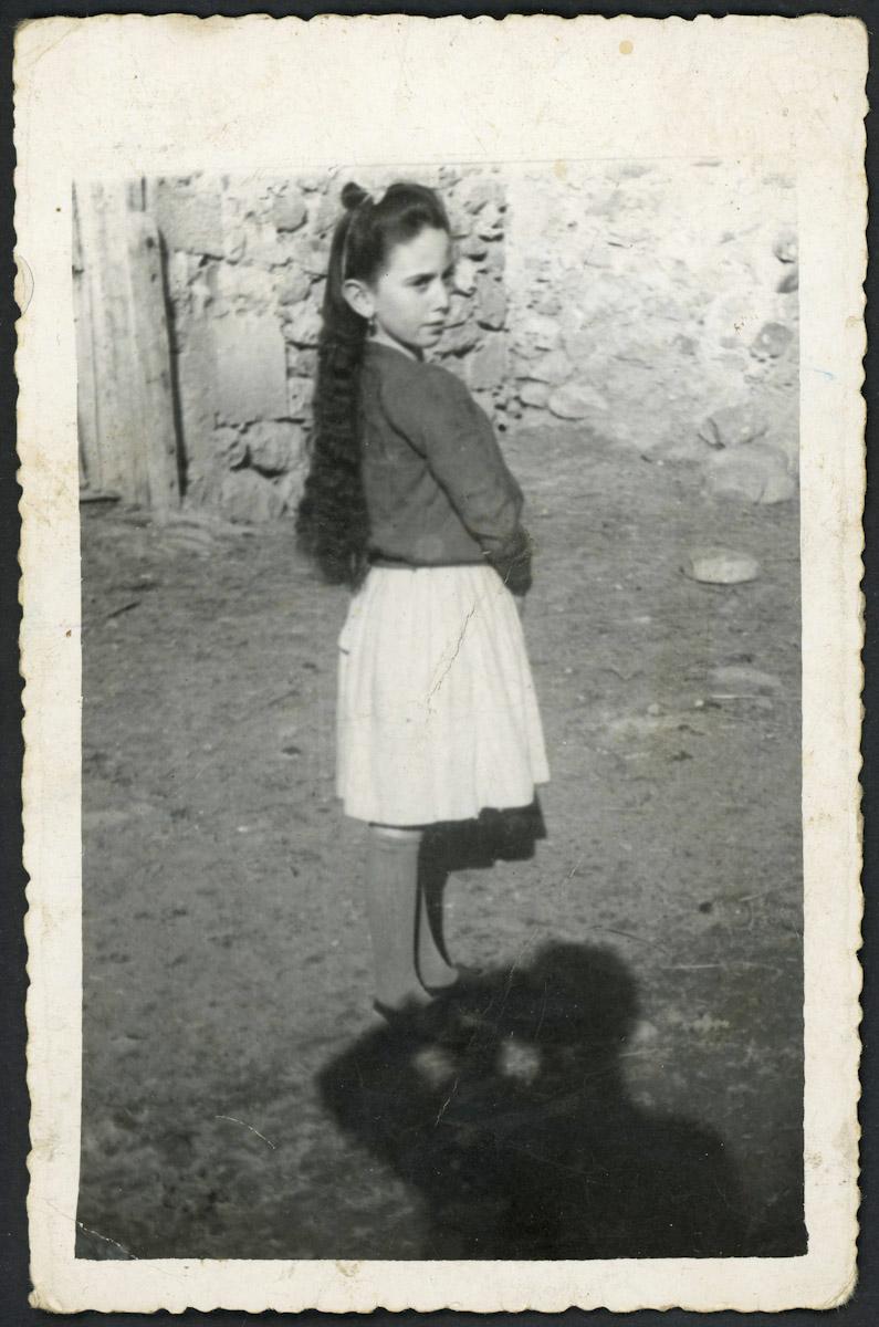Retrato de Tinina Díez en la puerta de su casa en Lugán