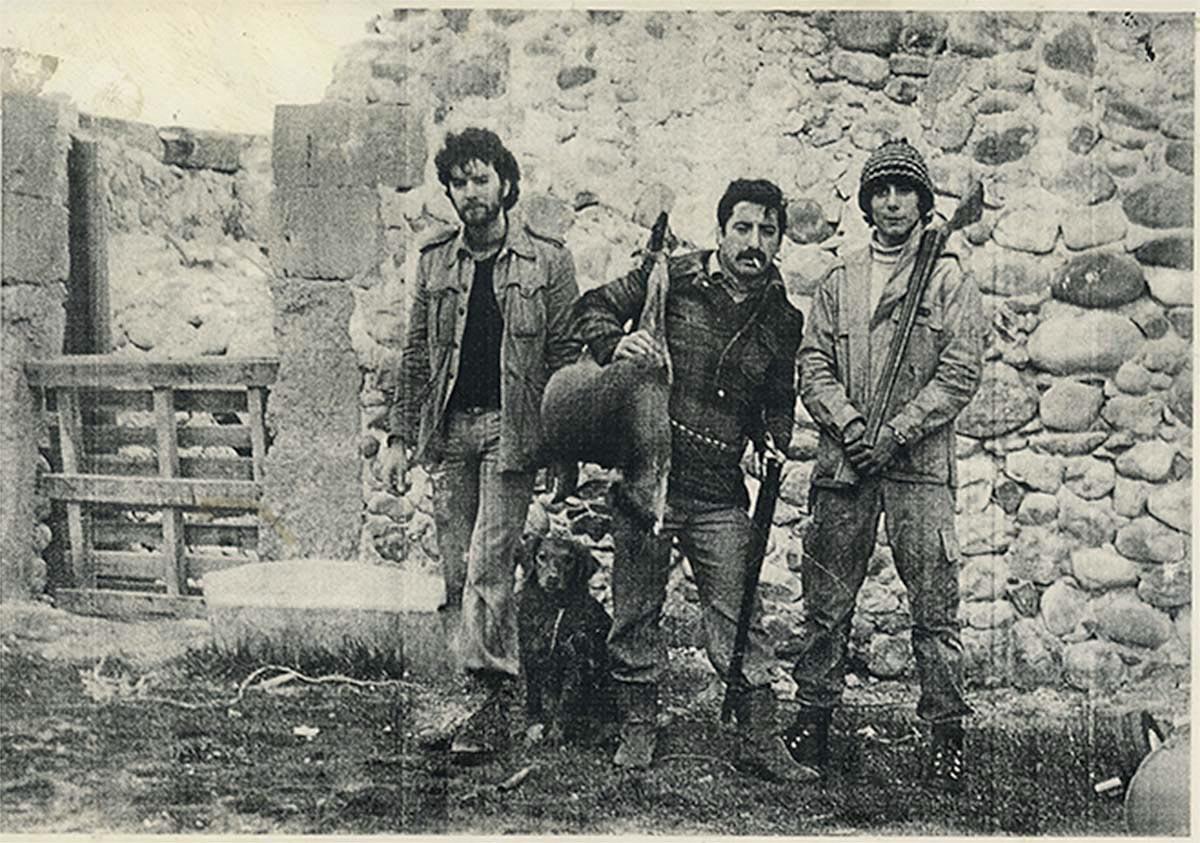 Vecinos de Lugán posando con un corzo tras una cacería