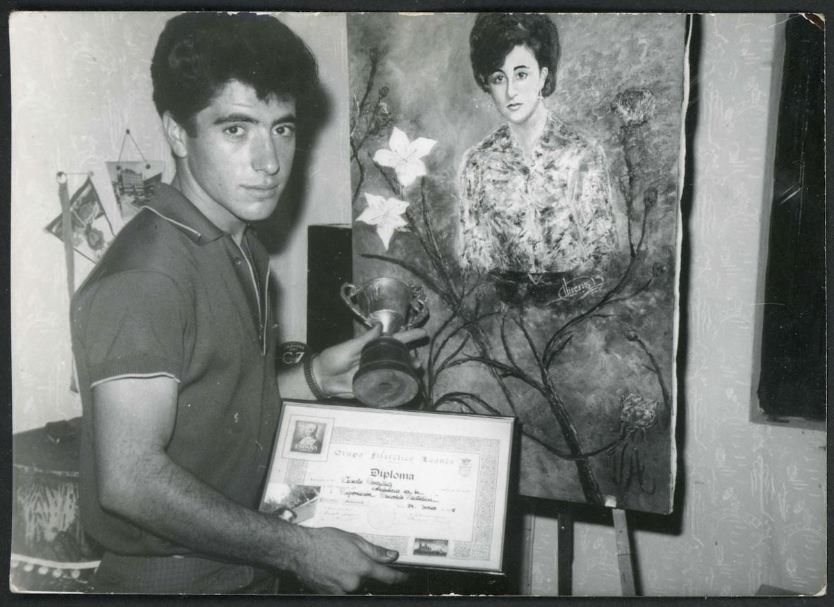 Retrato de Vicente González con premios de pintura y un cuadro