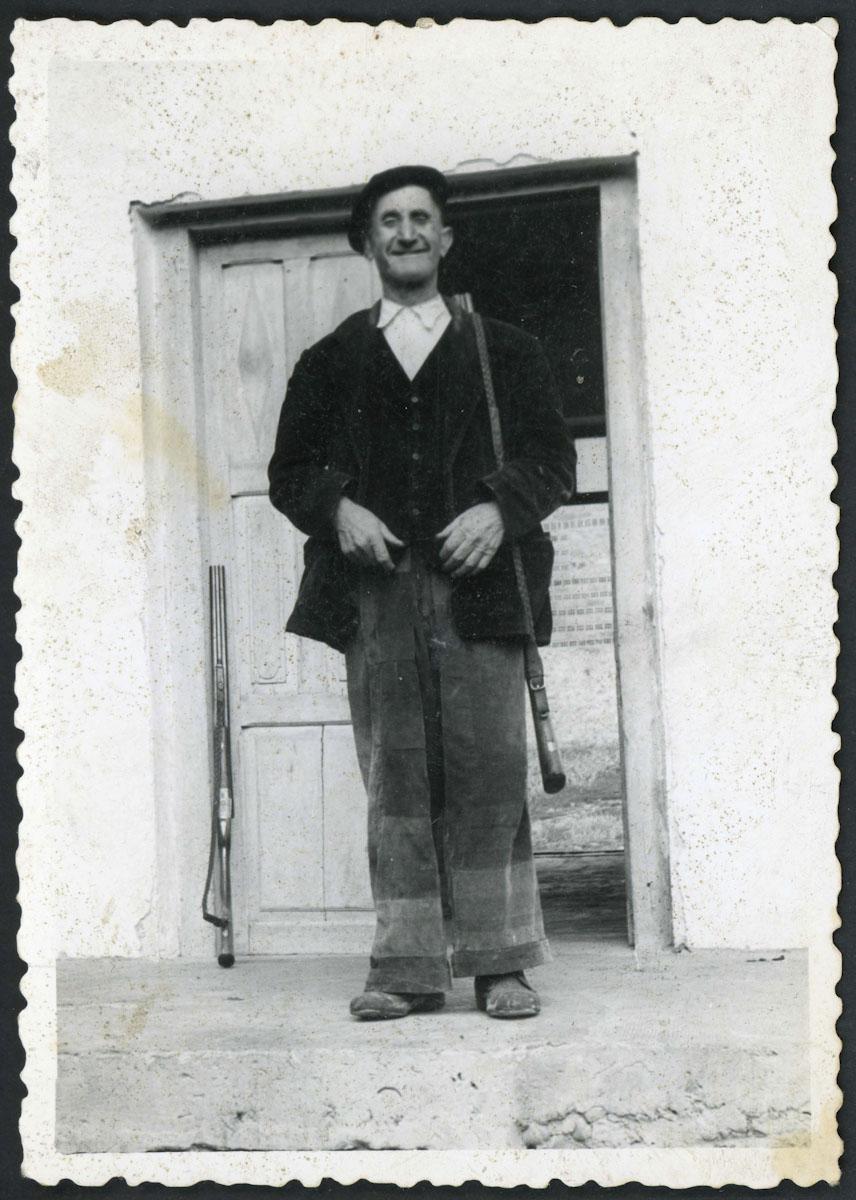 Retrato de Epifanio con escopeta en su casa de Lugán
