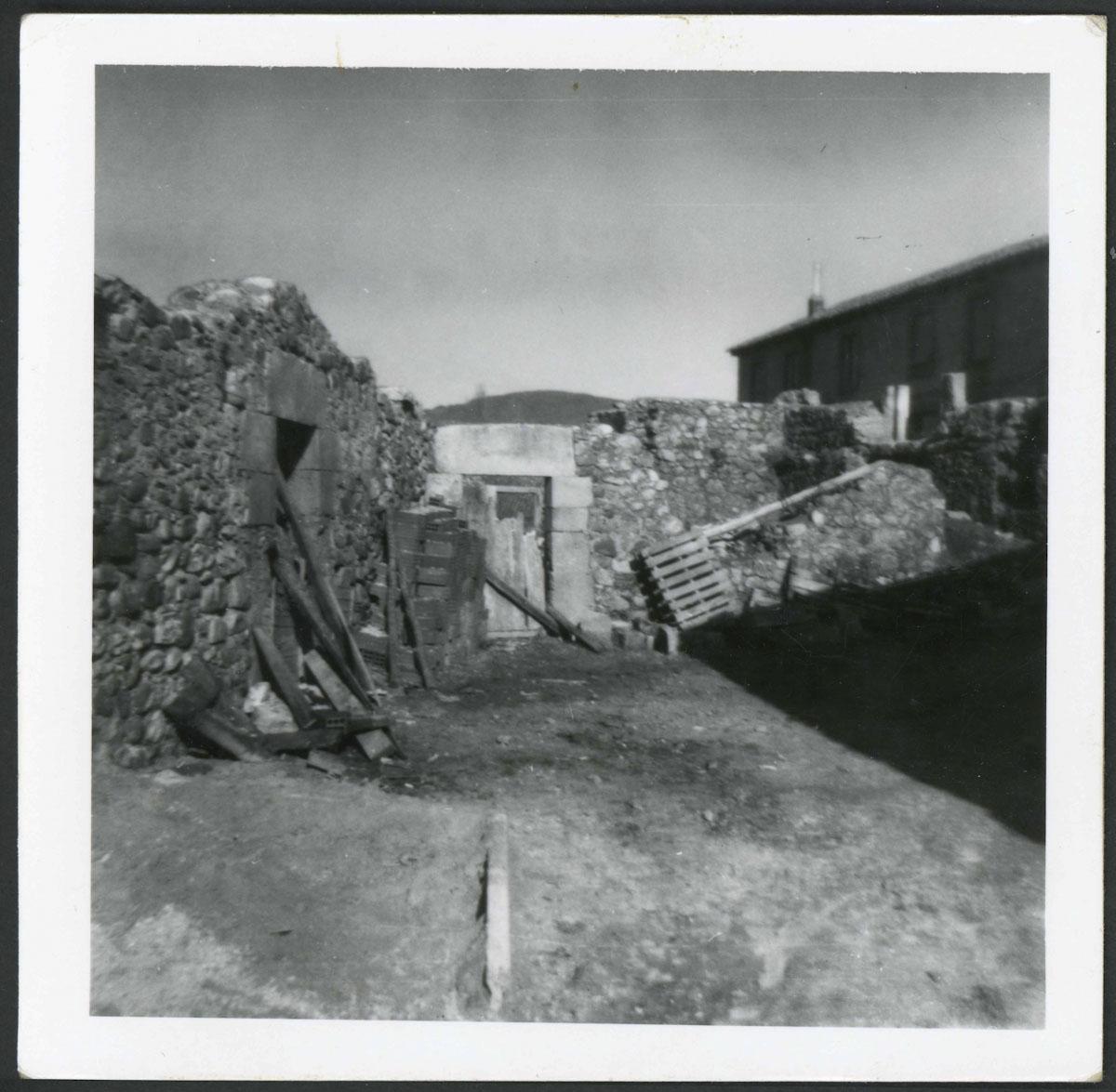 Ruinas de la casa de Simón González en Lugán después de incendiarse