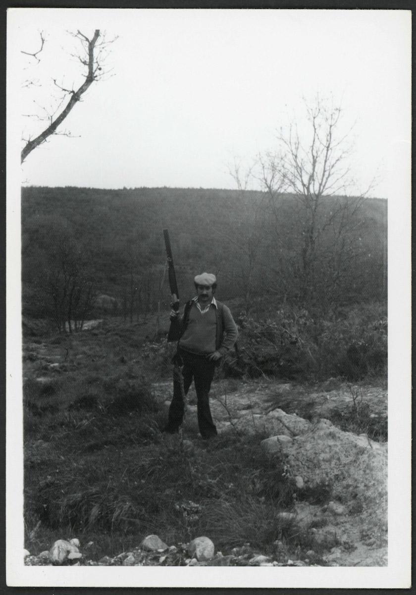 Vicente González posando con la escopeta en el Valle de Hontoria de Lugán