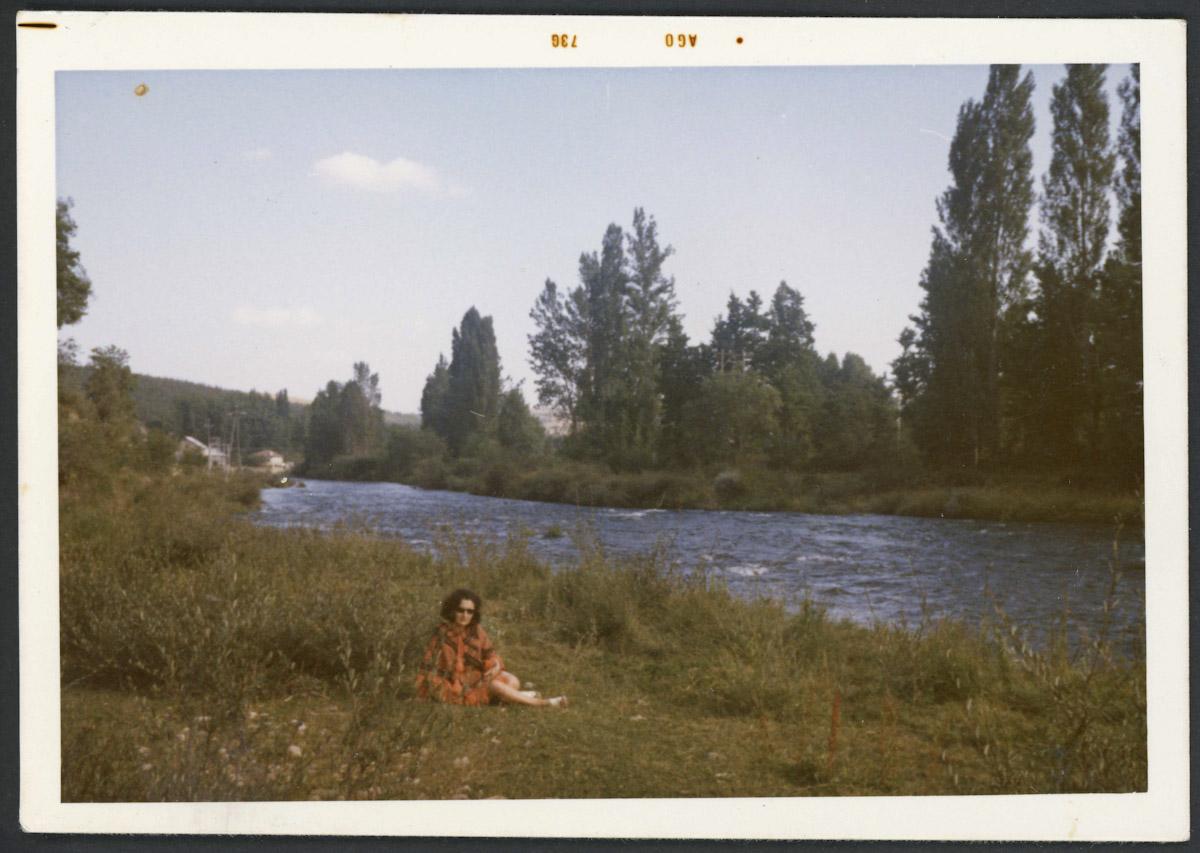 Norina Gutiérrez a la orilla del río Porma en Lugán