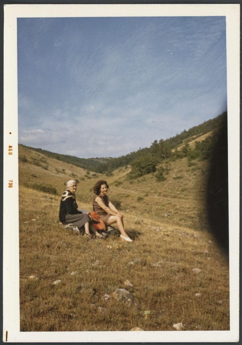 Adela Viejo y su hija Norina en el valle de Valdelafuente de Lugán